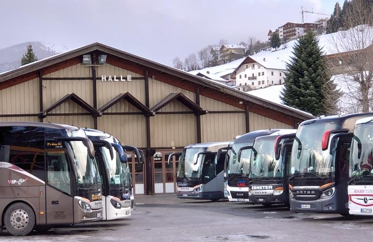 Gruppenreise Südtirol Veranstaltungshalle Bus