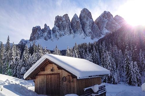 Winterwandern im Dolomitental Villnöss mit Südtiroler Almgenuss
